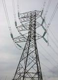 Fin de concept de l'électricité vers le haut de station à haute tension de lignes électriques photos libres de droits