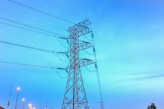 Fin de concept de l'électricité vers le haut de station à haute tension de lignes électriques photos stock