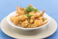 Fin de cuvette avec le tempura de crevette rose photographie stock libre de droits