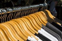 Fin de détail de vêtements de cintres de manteau  Photographie stock