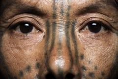 Fin de femme tatouée par tribu de Chin  Images stock