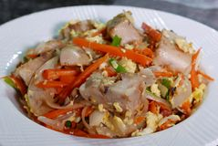 Fin de gâteau chinois frit de taro sur la table à la cuisine Photos stock