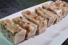Fin de gâteau chinois de taro sur la table à la cuisine Images stock