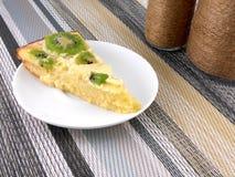 Fin de gâteau de kiwi au plat avec la bouteille de vin de vintage Photo libre de droits