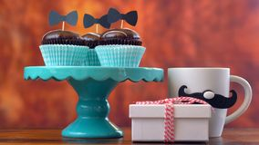 Fin de jour du ` s de père de cadeau, de petits gâteaux et de carte sur le fond en bois rustique Photographie stock