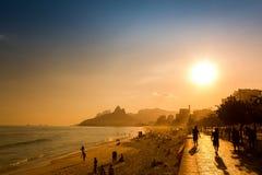Fin de l'après-midi sur la plage d'Ipanema en Rio de Janeiro, le Brésil photos libres de droits