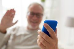 Fin de l'homme ayant le faire appel visuel au smartphone Image libre de droits