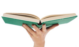 Fin de livre ouvert de participation de main de femme Images stock