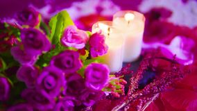 Fin de longueur de la combustion de rose et de bougie Jour de Valentine banque de vidéos