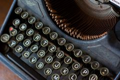 Fin de machine à écrire de vintage au clavier image libre de droits