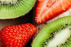Fin de macro de kiwi et de fraise sur la table en bois Photographie stock libre de droits