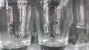 Fin de macro de verrerie  Les jantes des verres vides ont placé pour le vin mousseux prêt pour être versé Glaces de vin clips vidéos