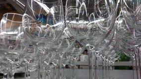 Fin de macro de verrerie  Les jantes des verres vides ont placé pour le vin mousseux prêt pour être versé Glaces de vin banque de vidéos