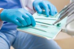 Fin de matériel dentaire vers le haut sur la table de chirurgie Photo libre de droits