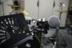 Fin de microphone avec le style de photo de vintage Équipement de musique dans la chambre de formation Photo libre de droits