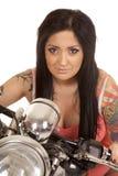Fin de moto de chemise de rose de tatouage de femme Photographie stock