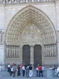 Fin de Notre Dame vers le haut de passage arqué de côté Ouest Image stock