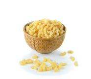 Fin de pâtes de macaronis sur un fond blanc Image libre de droits