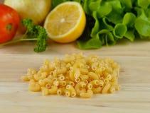 Fin de pâtes de macaronis sur un fond en bois Photographie stock