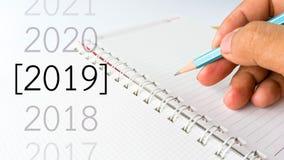 Fin de papier de carnet vers le haut de vue avec le crayon et de nombre de 2019 ans photographie stock