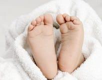 Fin de pied de bébé avec la serviette blanche Image stock