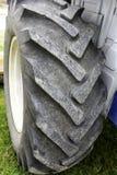 Fin de pneu de tracteur  photos libres de droits