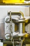 Fin de poignée en plastique noire sur le métal photographie stock