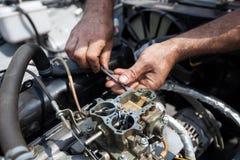 Fin de réparation d'engine vers le haut Dans l'outil à main Images stock