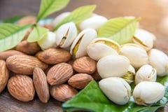 fin de rôti de grain d'amandes et de pistaches sur le dos en bois photo libre de droits