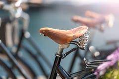 Fin de selle de bicyclette dans la rue d'Alesund photo stock