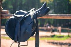 Fin de selle de cheval sur la barrière d'écuries Image libre de droits