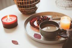 Fin de semana acogedor del invierno en casa Mañana con café o cacao, empanada de la baya y luces de la vela Concepto de Hygge Imágenes de archivo libres de regalías