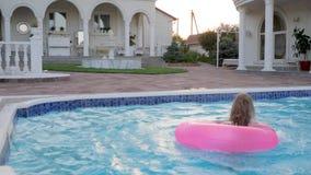 Fin de semana de lujo de poco uno en el chalet, vacaciones de verano en la mansión, natación hermosa de la niña almacen de metraje de vídeo