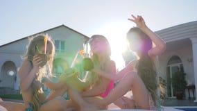 Fin de semana del verano de los niños hermosos de padres ricos en el chalet, partido de niños de la celebridad, niñez feliz metrajes