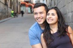 Fin de sourire de couples ethniques magnifiques  Photos stock
