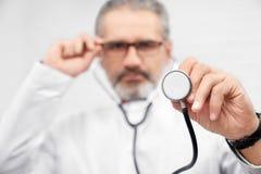 Fin de stéthoscope, docteur montrant le matériel médical photos libres de droits