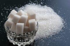 Fin de sucre raffiné blanc et de sucre granulé sur le backg noir image libre de droits