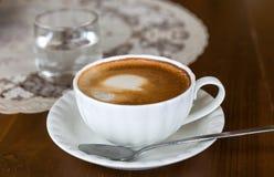Fin de tasse de cappuccino  Image stock