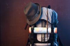 Fin de touristes de sac à dos  Carte et rétro chapeau Photos libres de droits