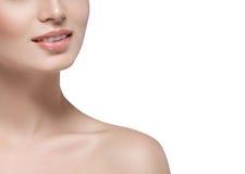 Fin de visage de femme de lèvres de cou d'épaules belle vers le haut de jeune studio de portrait sur le blanc Image libre de droits