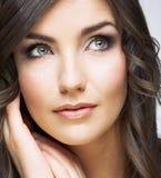 Fin de visage de femme vers le haut de portrait de beauté Fille avec le long lookin de cheveux Photographie stock libre de droits