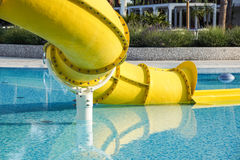 Fin de Waterslide dans une piscine Photos stock