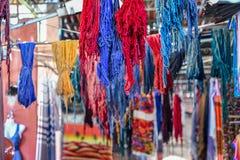 Fin des fils accrochants colorés de coton du modèle vibrant, montrés en vente image libre de droits
