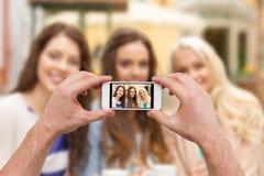 Fin des mains prenant la photo avec le smartphone Photos stock
