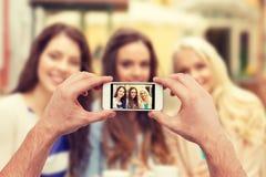 Fin des mains prenant la photo avec le smartphone Photos libres de droits
