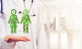 Fin du travailleur féminin de médecine montrant dans le figu de couples de vitesse de paume Photographie stock