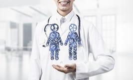 Fin du travailleur féminin de médecine montrant dans le figu de couples de vitesse de paume Image libre de droits