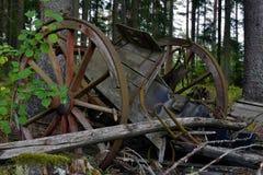 Fin du voyage Vieille cassée et chariot en bois de cheval de décomposition images stock