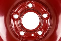 Fin en acier de jante de roue dans la couleur rouge D'isolement sur un fond blanc avec un chemin de découpage photographie stock