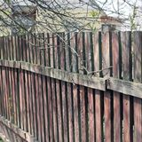 Fin en bois de barrière  Vieille frontière de sécurité photos stock